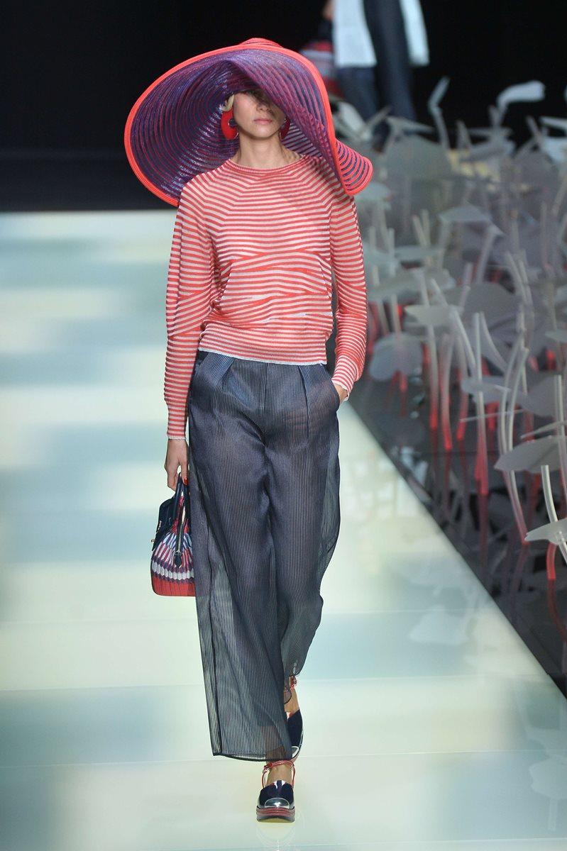Pantalones cortos, sombrero de organza y sandalias mostraron la elegancia que caracteriza los diseños de Armani. (Foto Prensa Libre: AFP).