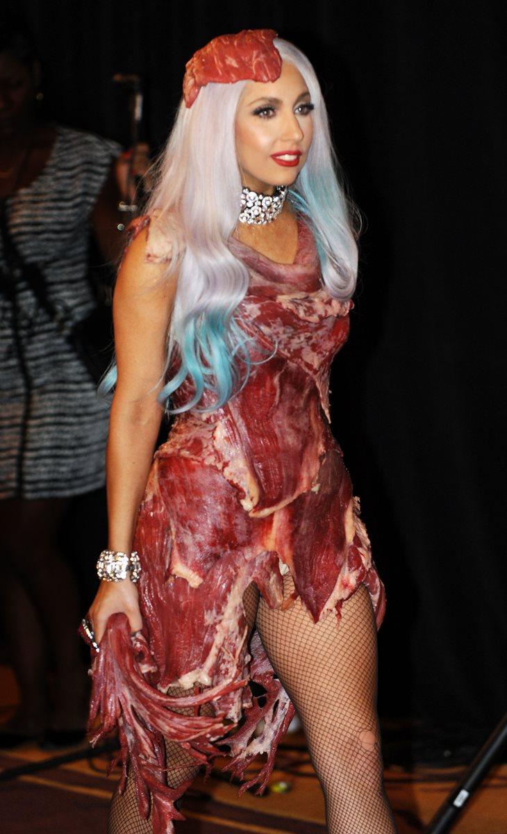 Lady Gaga lució el vestido elaborado de carne de res en los Premios MTV 2010. (Foto Prensa Libre: AFP).