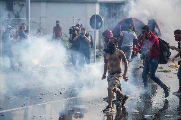 Un grupo de refugiados se enfrenta a la Policía húngara al norte de Serbia.