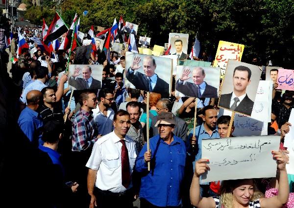 """<span class=""""hps"""">Decenas de partidarios del presidente Bachar al Asad manifiestan su apoyo </span><span class=""""hps"""">a</span> Rusia <span class=""""hps"""">por</span> <span class=""""hps"""">su intervención en</span> <span class=""""hps"""">Siria.</span>"""