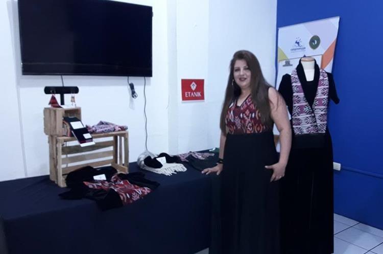 Wendy Cortez Sánchez, 42, diseñadora de modas, presenta su proyecto Etanik. (Foto Prensa Libre: cortesía)