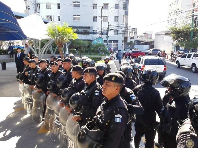 Un contingente policíal resguarda la salida del hospital hacia la Torre de Tribunales. (Foto Prensa Libre: Edwin Bercián)