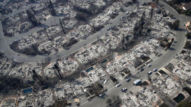 """""""Todo parece una infernal zona de guerra"""", declaró la supervisora del condado de Sonoma, Shirlee Zane, quien examinó el daño en la región desde un helicóptero. GETTY IMAGES"""