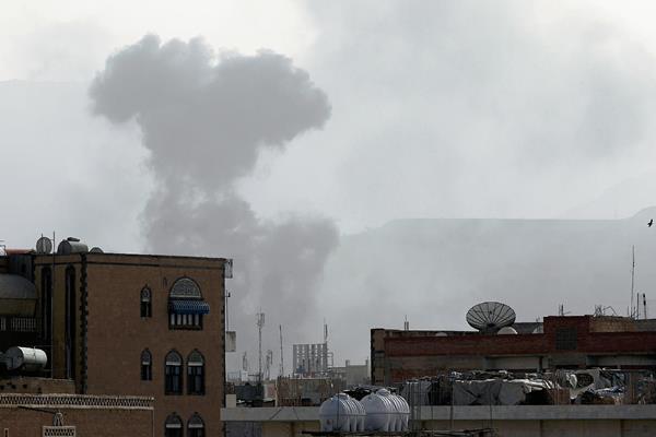 La ciudad de Saná es bombardeada por la coalición árabe. (Foto Prensa Libre:AFP)