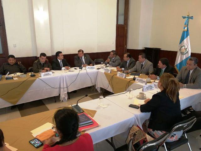 Autoridades de Defensa en reunión con diputados del Congreso. (Foto Prensa Libre: Jessica Gramajo)