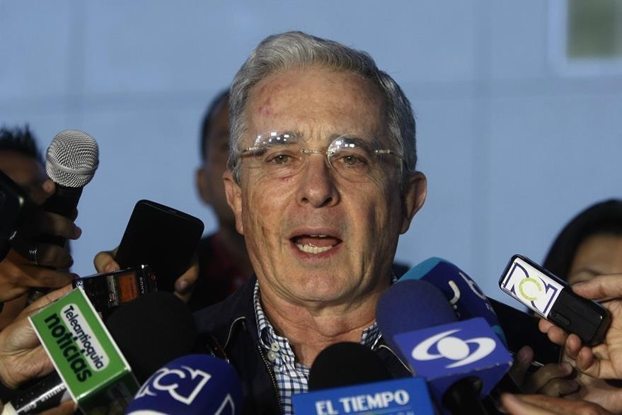 El expresidente y senador de Colombia, Álvaro Uribe Vélez, lee el comunicado donde rechazan el nuevo acuerdo de paz. (Foto Prensa Libre: EFE).