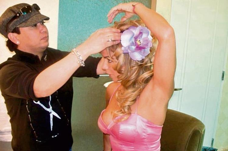 La cubana Aylín Mujica, del elenco de Sin senos no hay paraíso, recibe atención de Alexis Guerra.