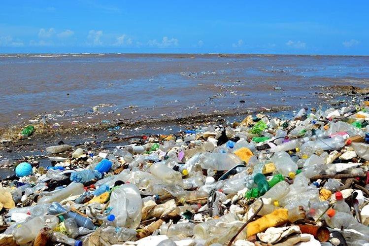 Miles de toneladas de basura llegan al mar Caribe cada año, provenientes de río Motagua. (Foto Prensa Libre: Dony Stewart)