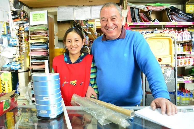 Juan Robles, de 57 años, junto a una de sus colaboradoras que lo apoya en la recolección de desechos en su negocio que se halla en la zona 1 de Totonicapán. (Foto Prensa Libre: María Longo)