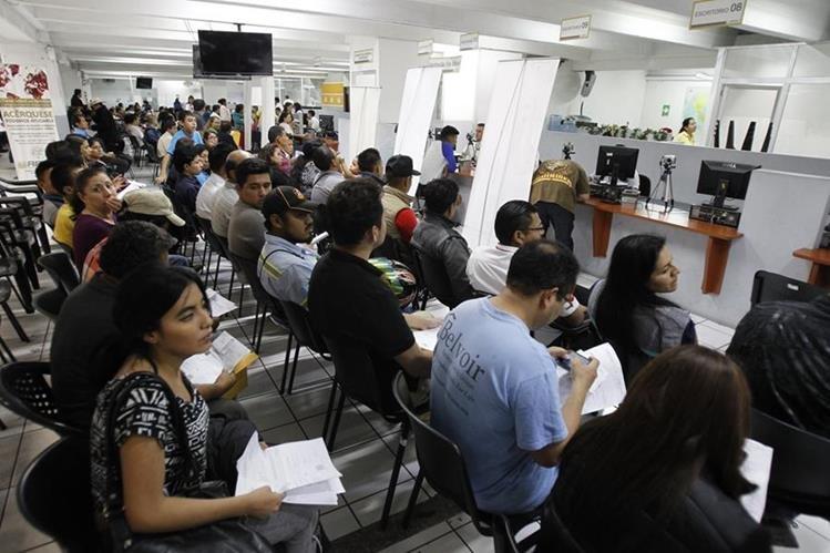 Alrededor de 400 mil guatemaltecos han tenido problemas para obtener su documento personal de identificación en el Renap. Algunos han esperado hasta cinco meses. (Foto Prensa Libre: Paulo Raquec)