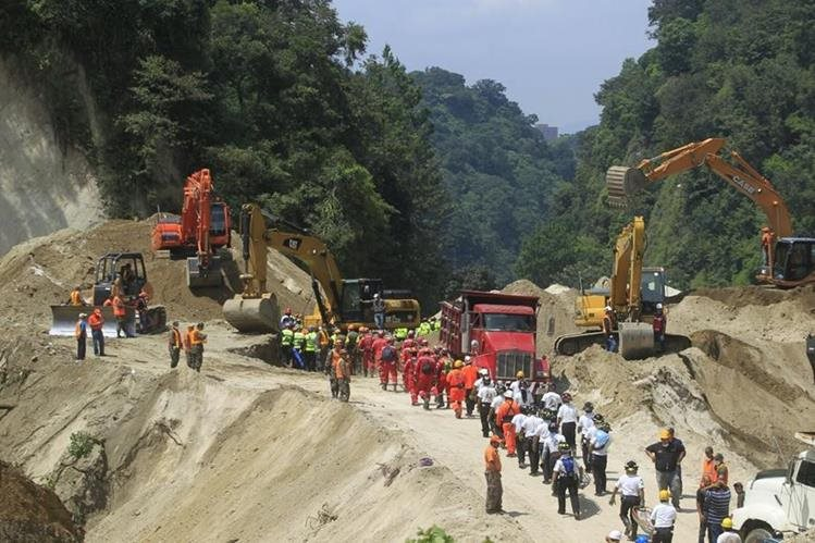 Personal del Ejército y la Conred evalúan las condiciones del área para continuar este lunes con el rescate de cadáveres. (Foto Prensa Libre: Ejército de Guatemala)