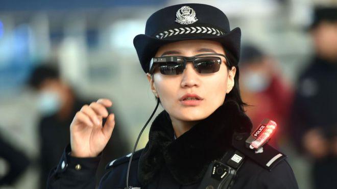 A través de estas nuevas gafas inteligentes, la policía puede tomar una foto y acceder a una base de datos interna de sospechosos. (AFP)