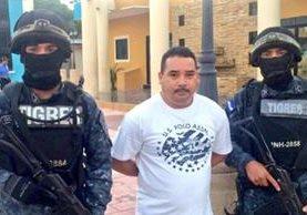 José Adalid González, jefe edil, es conducido por la Policía. (Foto del sitio laprensa.hn)