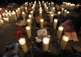 Velas iluminan el Parque Central en el Centro Histórico, por la muerte de 41 niñas del Hogar Seguro. (Foto Prensa Libre: Hemeroteca PL)
