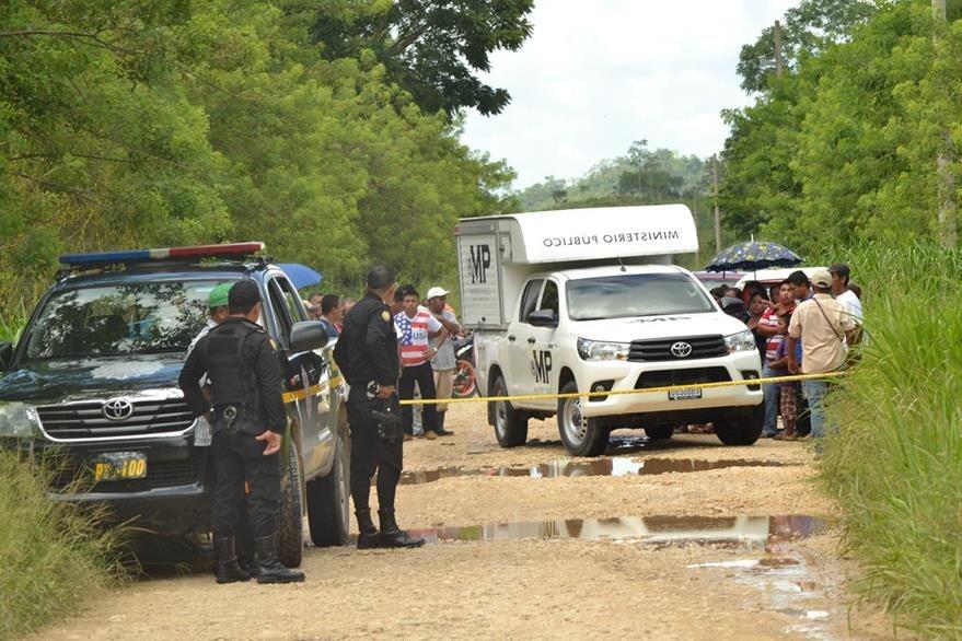 Investigadores policiales recaban evidencias en Santa Ana, Petén, donde fue hallado el cadáver de Elías Ibarra. (Foto Prensa Libre: Rigoberto Escobar)