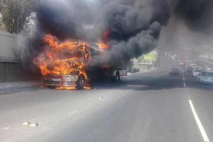 Autobús en llamas obstaculiza la ruta al Pacífico. (Foto Prensa Libre: Dalia Santos)