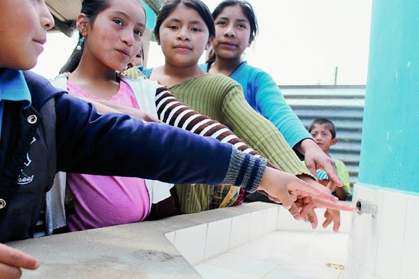 Estudiantes muestran una de las áreas donde fueron robados los grifos en la Escuela Oficial Rural Mixta del cantón Xatinap V, sector La Laguna, Santa Cruz del Quiché. (Foto Prensa Libre: Óscar Figueroa)