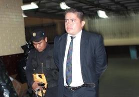 Hernán Donai Bernal Corado fue detenido por la Policía en la zona 7 capitalina, se le incautó una pistola, cuatro tolvas y 60 municiones. (Foto Prensa Libre: cortersía PNC)