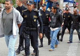 <p>Agentes de la PNC trasladaron a los señalados al Juzgado de Primera Instancia Penal de Jalapa, donde fueron ligados a proceso. (Foto Prensa Libre: Hugo Oliva)<br></p>
