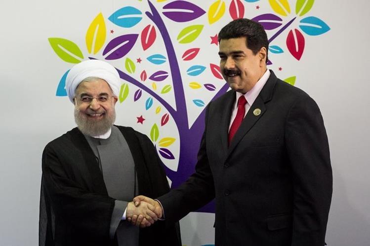 El presidente venezolano, Nicolás Maduro -Der.- es respaldado por el presidente iraní, Hassan Rouhani. (Foto Prensa Libre: EFE)