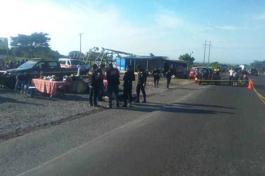 Una venta informal de comida, ubicada en el km 149 de la ruta a suroccidente, pudo haber sido el motivo del ataque donde murió un hombre. (Foto Prensa Libre: Omar Méndez)