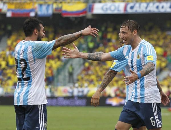 El Pocho Lavezzi y Lucas Biglia festejan el gol del triunfo. (Foto Prensa Libre: AP)