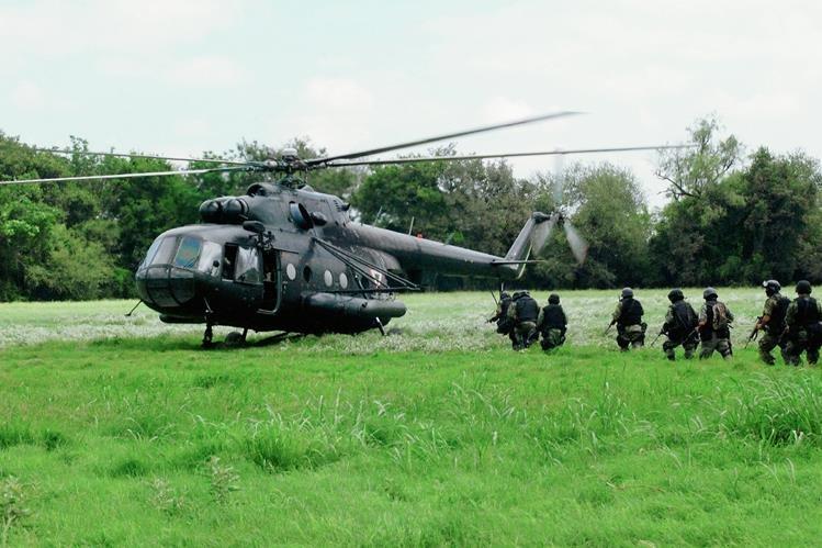Militares mexicanos abordan un helicóptero durante un operativo en comunidades del estado mexicano de Nuevo Laredo. (Foto Prensa Prensa Libre:EFE).