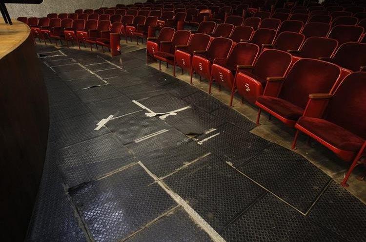 En el auditorio, el piso frente al escenario necesita  reparación urgente, al igual que las butacas. (Foto Prensa Libre: Paulo Raquec)