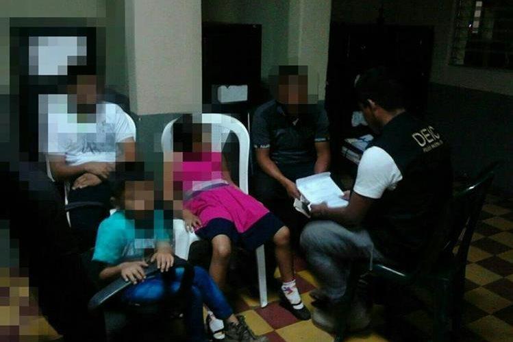Agentes policiales resguardan a menores localizados y rescatados en Escuintla. (Foto Prensa Libre: PNC)