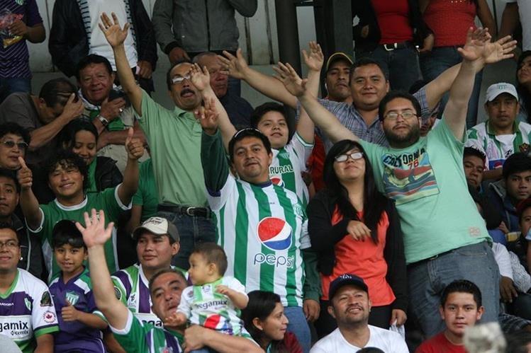 Los aficionados antigüeños mostraron su alegría durante el encuentro. (Foto Prensa Libre: Jesús Cuque)