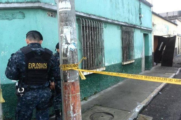 Agentes de la unidad de explosivos de la PNC verifican el área. (Foto Prensa Libre: Erick Ávila)