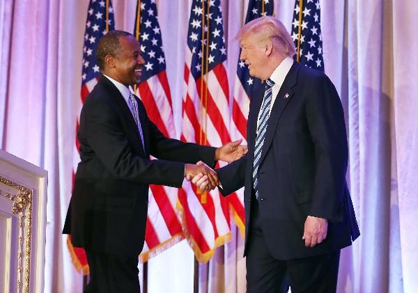"""<span class=""""hps"""">Donald</span> <span class=""""hps"""">Trump</span> <span class=""""hps"""">da la mano</span> <span class=""""hps"""">a</span> <span class=""""hps"""">Ben</span> <span class=""""hps"""">Carson.</span>"""