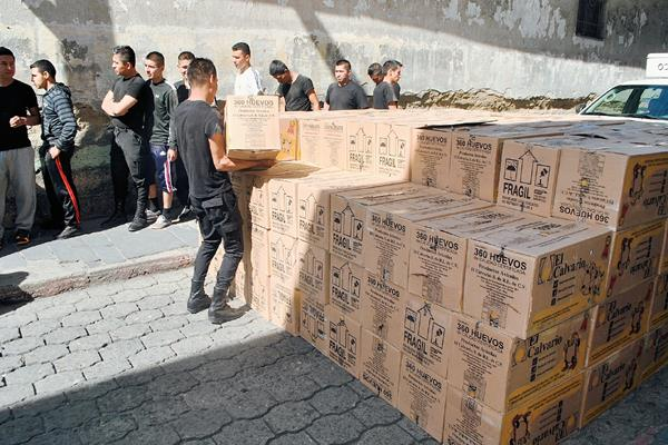 Cajas con huevos decomisadas en La Esperanza. (Foto Prensa Libre: Carlos Ventura)
