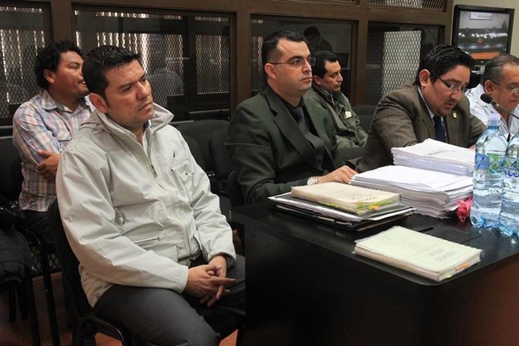Juan Carlos Ramírez (chumpa beige) junto a otros dos acusados. (Foto Prensa Libre: Hemeroteca PL)