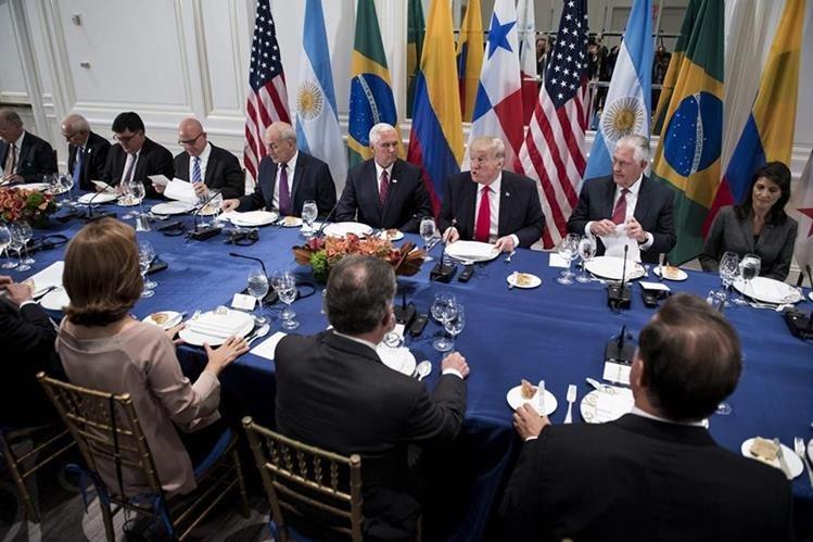 Trump participa en la cena con un pequeño grupo de presidentes latinoamericanos en Nueva York. (Foto Prensa Libre:AFP).