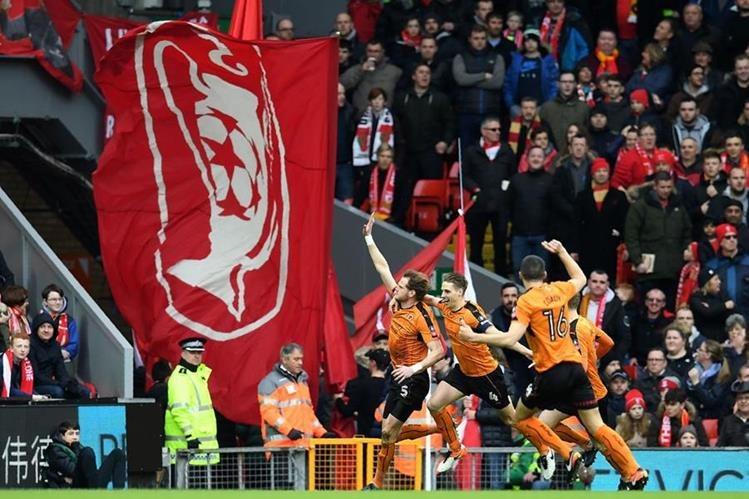 Los jugadores de Wolverhampton celebran en Anfield ante una atónita afición de los 'reds'. (Foto Prensa Libre: AFP)