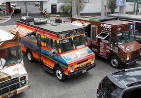 Algunos restaurantes móviles, en el parqueo de negocio donde fue la presentación de la gremial de Food Trucks. (Foto Prensa Libre: Paulo Raquec).
