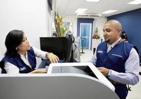 El Superintendente Juan Francisco Solórzano Foppa hizo el primer trámite en la agencia exprés de Dubái Center y actualizó datos de RTU.