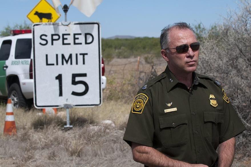 Un oficial observa a los inconformes en Arizona, Estados Unidos. (Foto Prensa Libre: EFE).