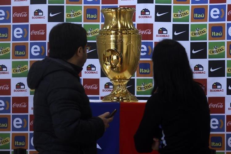 El trofeo de la Copa América Centenario es compartido con la afición chilena. (Foto Prensa Libre: EFE)