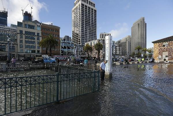 Rudy Sales, (c) se encuentra inundadó en el embarcadero en San Francisco.(AP).