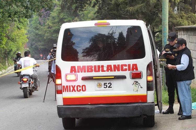 Carlos Geovanni Abac, motociclista, falleció luego de ser atropellado cuando en la ruta que conduce de Ciudad Satélite. (Foto Prensa Libre: Estuardo Paredes)