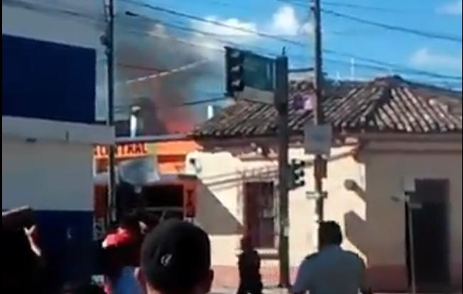 Lugar donde se registra el incendio en la cabecera de Jalapa. (Foto Prensa Libre: Hugo Oliva).