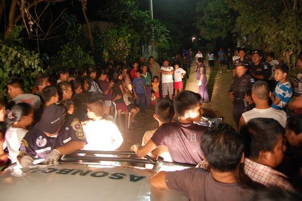 <p>Curiosos y autoridades en la escena del crimen, en la zona 2, de Coatepeque, Quetzaltenango. (Foto Prensa Libre. Alexánder Coyoy)</p>