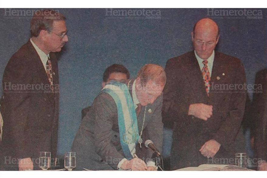 Álvaro Arzú Irigoyen firma el acta de toma de posesión como presidente de Guatemala, el 14 de enero de 1996. (Foto: Hemeroteca PL)
