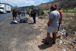 Ignacio Flores fue asesinado cuando viajaba en su moto, en la aldea Santa Elena, Chiquimula. Foto Prensa Libre: Mario Morales.