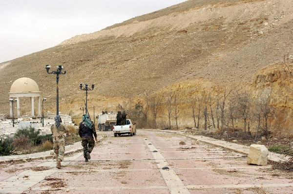 Tropa siria incursiona una calle de la antigua ciudad de Palmira.(AFP)
