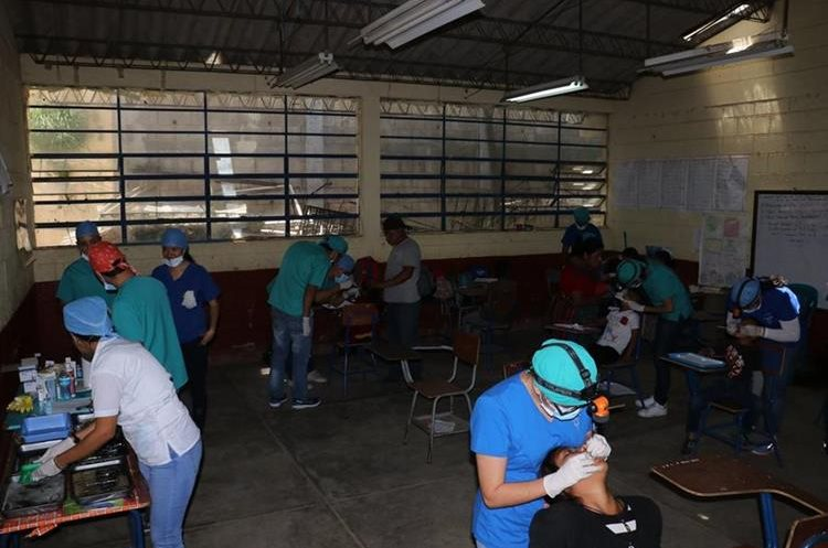 Unos 450 pobladores de El Rejón, Sumpango, Sacatepéquez, fueron beneficados con una jornada médica. (Foto Prensa Libre: Víctor Chamalé)