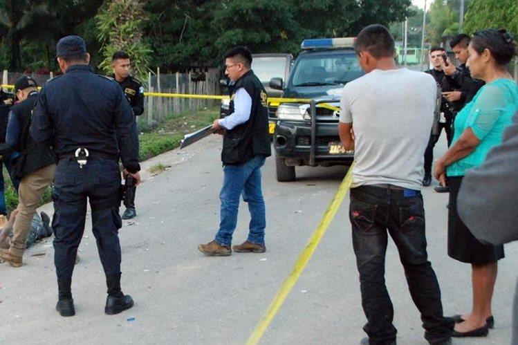 El cadáver de Pedro Pérez quedó en la cinta asfáltica en Gualán, Zacapa. (Foto Prensa Libre: Julio Vargas).