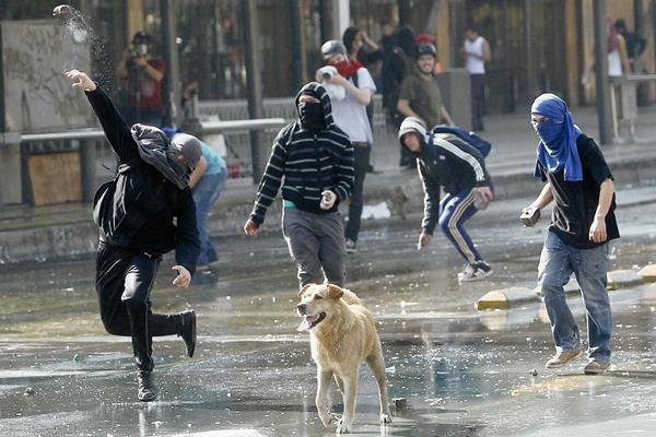 Los estudiantes chocan con la policía durante la manifestación en Santiago. (Foto Prensa Libre:AFP).